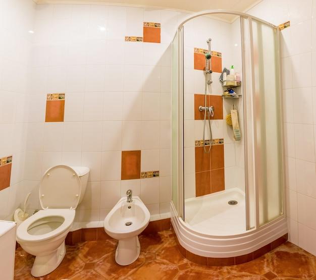 Interior do apartamento, banheiro com chuveiro. casa