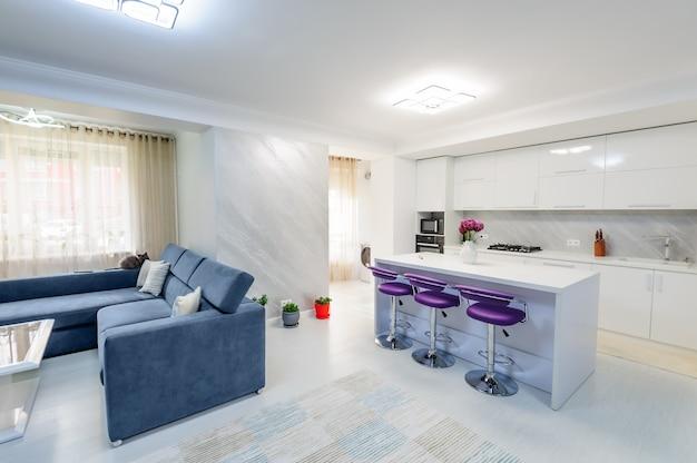 Interior do apartamento branco moderno com cozinha