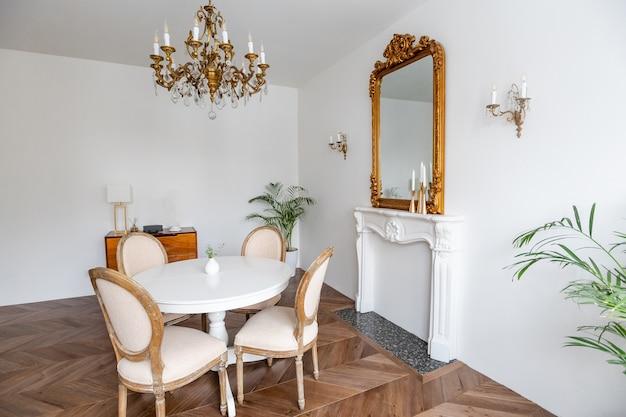 Interior do apartamento moderno, sala de estar com mesa branca, espelho