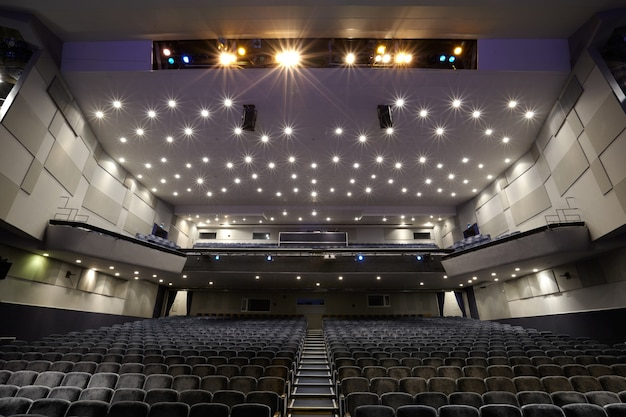 Interior do auditório de cinema.