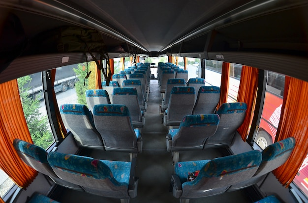 Interior do autocarro turístico para excursões e viagens longas.