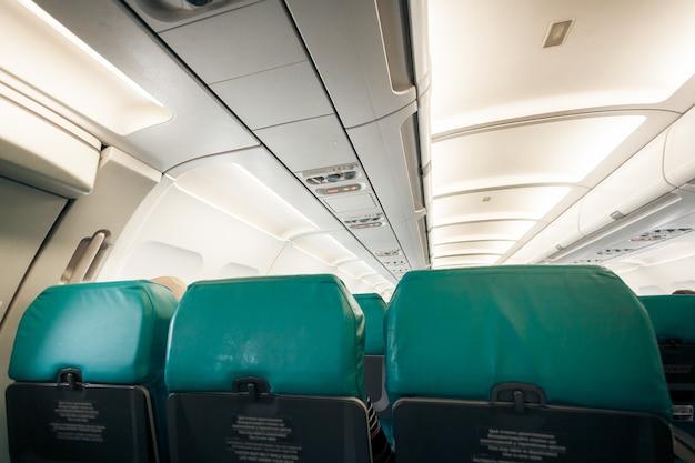 Interior do avião com fila de assentos