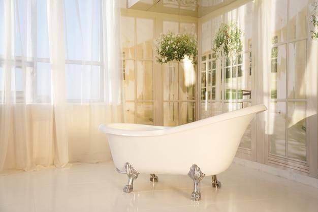 Interior do banheiro com banheira autônoma