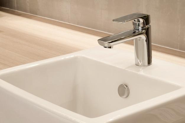 Interior do banheiro com pia e torneira, design moderno do banheiro,