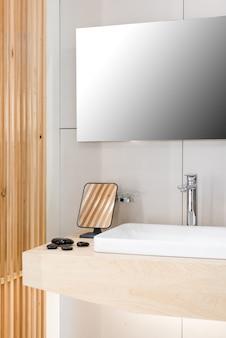 Interior do banheiro com pia e torneira