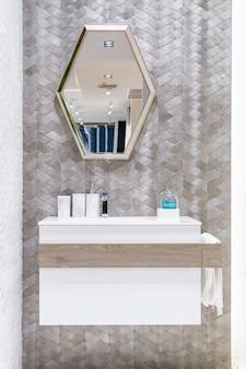 Interior do banheiro com torneira da bacia e toalha branca. moderna de banheiro.