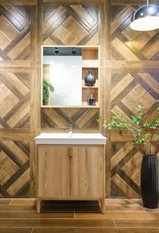 Interior do banheiro com torneira da pia e espelho. design moderno de banheiro