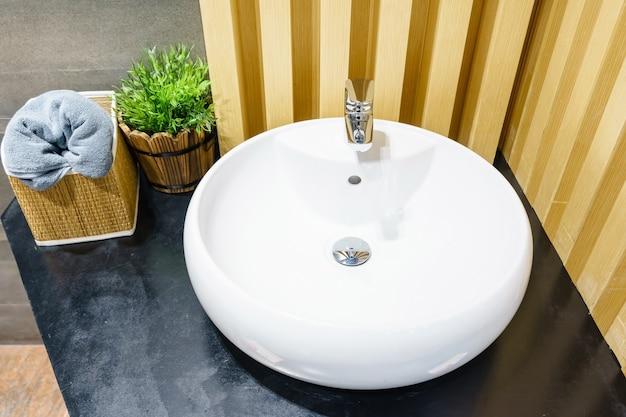 Interior do banheiro com torneira e espelho da bacia do dissipador. design moderno de casa de banho