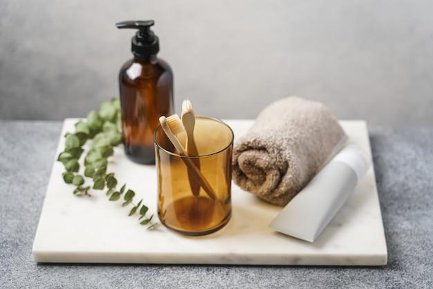 Interior do banheiro ecológico com produtos para o rosto e corpo em bandeja de mármore