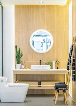 Interior do banheiro em estilo contemporâneo, com materiais naturais.