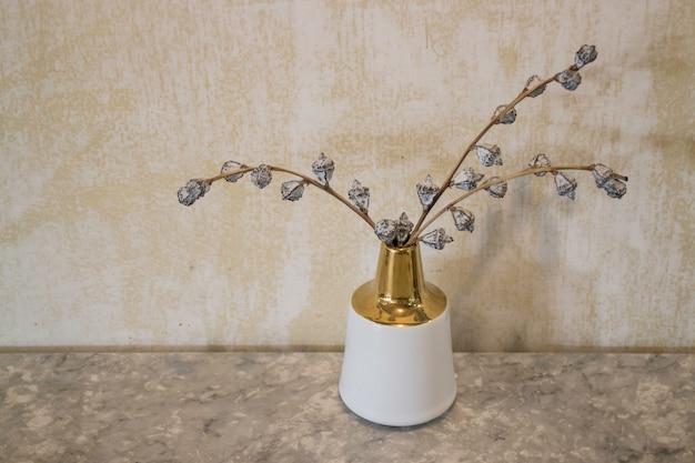 Interior do café com vaso de flores secas