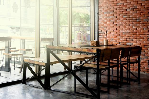 Interior do café do restaurante e da cafetaria para o fundo.
