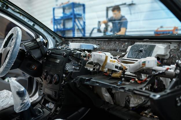 Interior do carro desmontado, conceito de serviço do carro, ninguém
