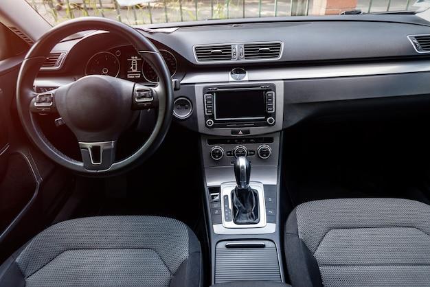 Interior do carro, vista no volante e painel