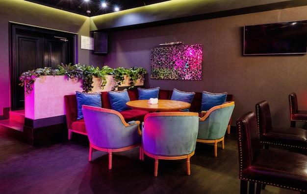 Interior do clube com palco e discoteca