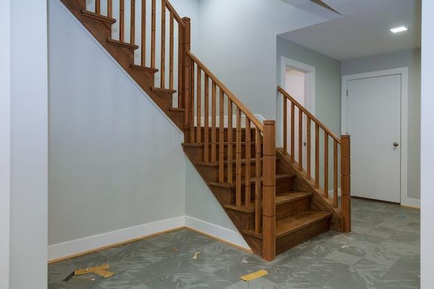 Interior do corredor com piso de madeira. vista de escadas de madeira.