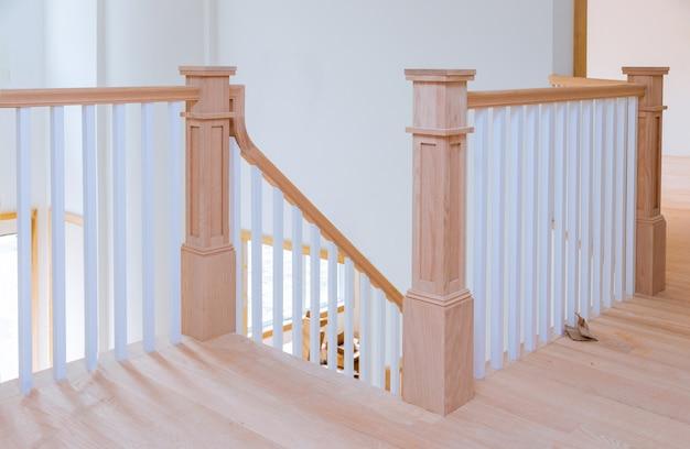 Interior do corredor com vista para o piso de madeira de escadas de madeira.