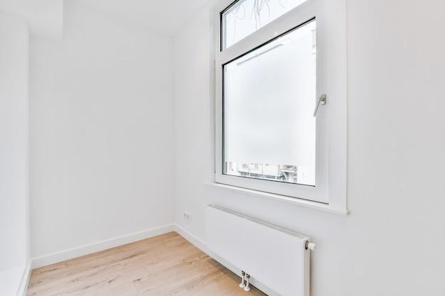 Interior do corredor vazio com porta de entrada e piso de madeira no apartamento novo