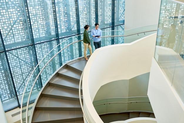 Interior do edifício de escritório moderno