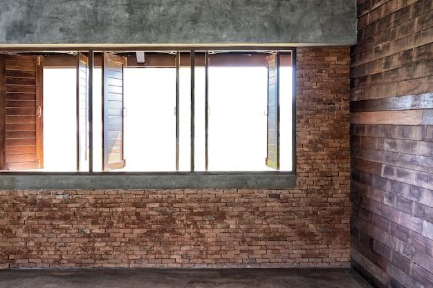 Interior do escritório com espaço de paredes de madeira