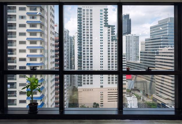 Interior do escritório da janela e prédio lotado no centro da cidade, no distrito comercial