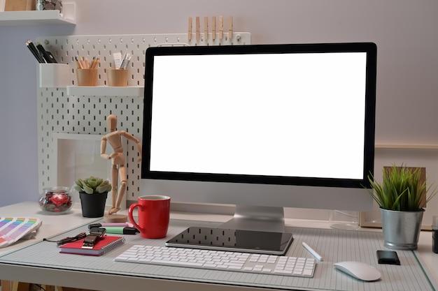 Interior do escritório home com materiais de escritório e exposição de computador para o modelo.