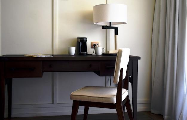 Interior do escritório. mesa e cadeira