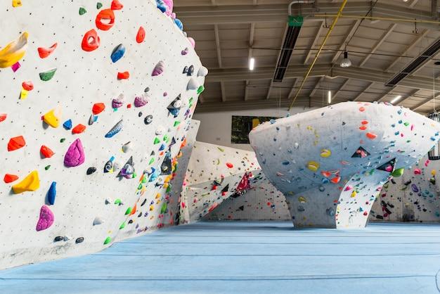 Interior do ginásio de escalada