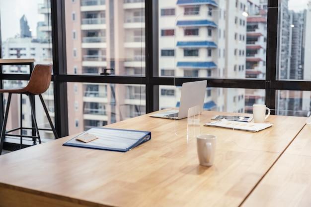 Interior do laptop, arquivo comercial, vidro, papel comercial colocado na mesa de madeira no escritório