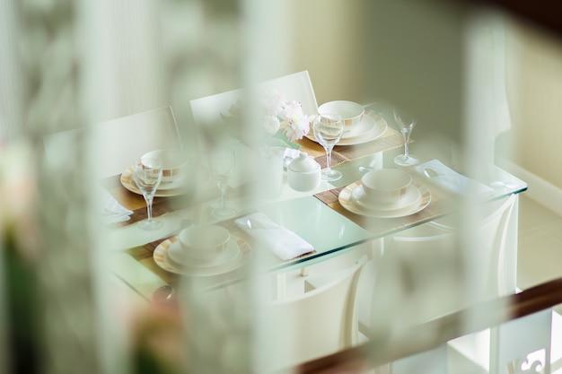Interior do quarto acolhedor em design moderno com vaso na mesa de madeira branca.
