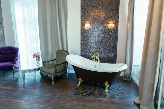 Interior do quarto de hotel de luxo. interior do quarto de hotel de luxo. sala ampla, iluminada e elegante