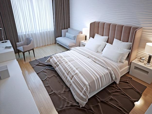 Interior do quarto do hotel em design contemporâneo com paredes de gesso branco ondulado e piso de madeira pintada.