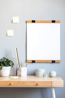 Interior do quarto escandinavo com moldura para fotos em cima da mesa de bambu com lindas plantas em diferentes tipos de hipster e vasos de design