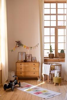 Interior do quarto infantil com móveis de madeira