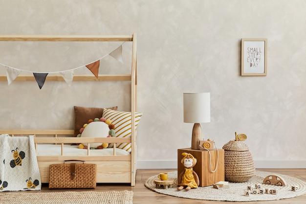 Interior do quarto infantil escandinavo com brinquedos de cama e decorações têxteis.