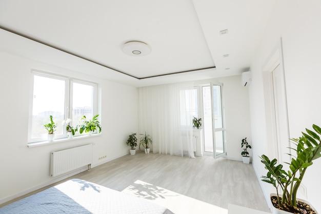 Interior do quarto simples, cinza e branco