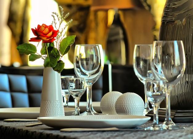 Interior do restaurante com mesas e flores servidas
