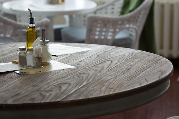 Interior do restaurante. pimenta e sal em cima da mesa.