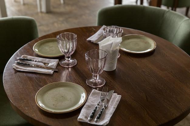 Interior do restaurante. ponha a mesa no restaurante.