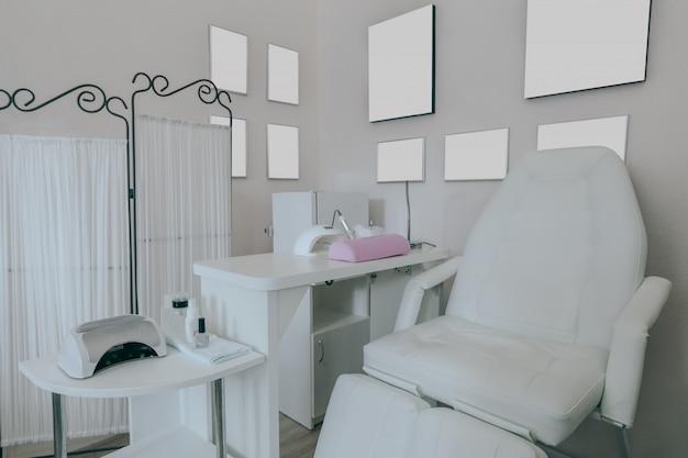 Interior do salão de beleza moderno vazio