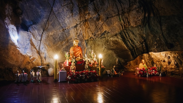 Interior do templo dourado de tham pha jom na caverna em chiang rai, tailândia