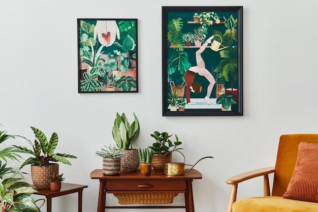 Interior doméstico da sala de estar com prateleira retro vintage, muitas plantas caseiras, cactos, moldura de madeira para pôster na parede branca e acessórios elegantes em um elegante jardim doméstico