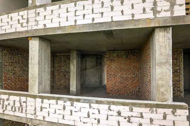 Interior dos quartos da fachada do novo prédio de apartamentos em construção