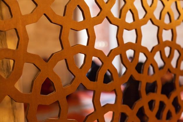 Interior dos tapetes da mesquita no chão, murais nas paredes, divisórias com um padrão