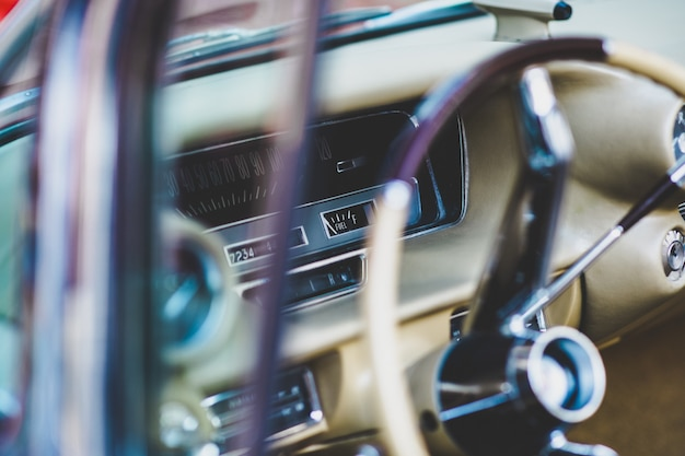 Interior e painel de um carro vintage americano, atualmente alugado para eventos.