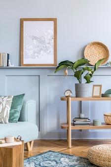 Interior elegante da sala de estar com moldura de pôster e acessórios pessoais elegantes na decoração moderna da casa.