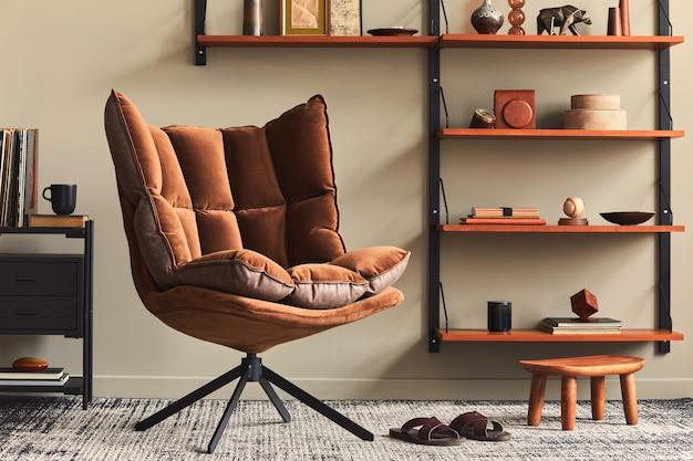 Interior elegante da sala de estar com poltrona de design marrom, estante de madeira, luminária pendente, decoração em carpete, porta-retratos e acessórios pessoais elegantes em decoração retro moderna para casa.