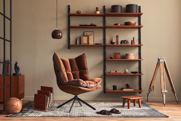 Interior elegante da sala de estar com poltrona de design marrom, estante de madeira, luminária pendente, decoração em carpete, porta-retratos e acessórios pessoais elegantes em decoração retro moderna.