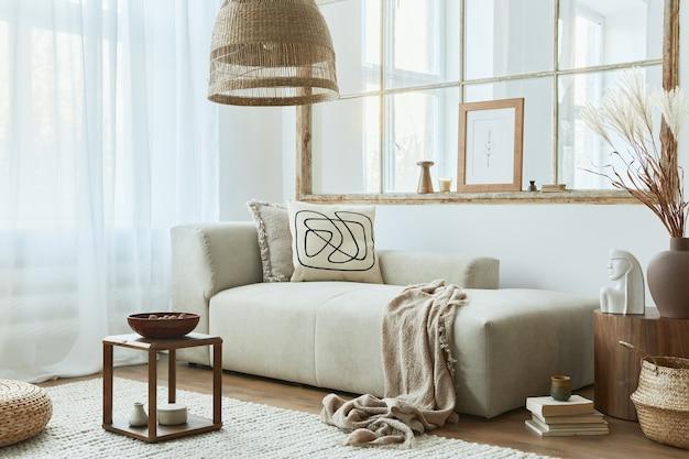 Interior elegante da sala de estar com sofá modular de design, móveis, mesa de centro de madeira, decoração de vime, moldura de imagem, travesseiro, flores secas e acessórios elegantes em decoração moderna.
