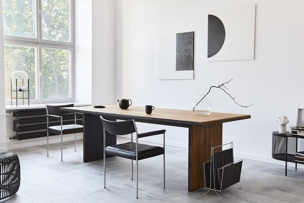 Interior elegante da sala de jantar com mesa familiar de madeira de design, cadeiras pretas, bule com caneca
